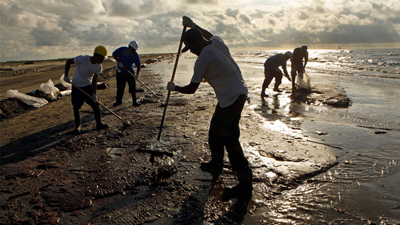 Crews work to clean up Louisiana beaches - photo Carolyn Cole/LA Times