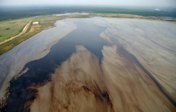 Oilsands tailings ponds leaking toxic chemicals-federal govt study